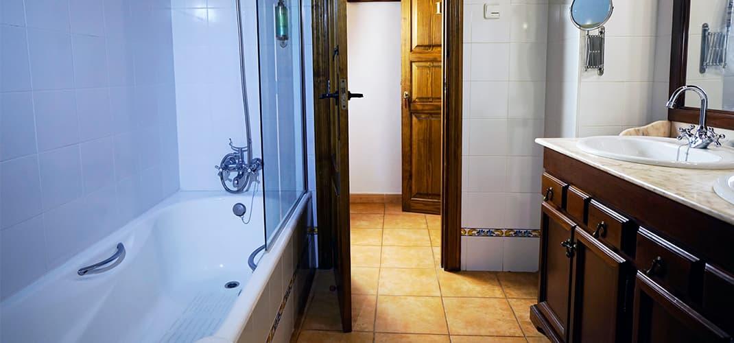 Abmessungen: 15m2. Abmessungen Doppelzimmer: 24m2. Badezimmer Mit Dusche /  Badewanne Und Duschgel